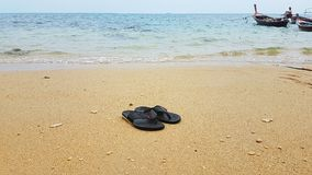 Flipflops am Strand auf Koh Lanta - Thailand Worldtrip. Flipflops on Beautiful Beach in Thailand with clean and light sand and low waves of the ocean - scenery royalty free stock images