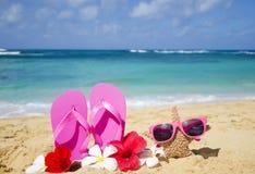 Flipflops und Starfish mit Sonnenbrille auf sandigem Strand Stockfotos