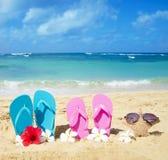 Flipflops und Starfish mit Sonnenbrille auf sandigem Strand Lizenzfreie Stockbilder