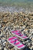 Flipmisslyckanden på den pebbled strandcloseupen Arkivbilder