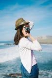 Flippige Frau, die Foto auf Reise macht Stockbilder