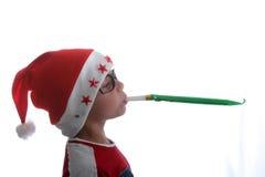 Flippiges Weihnachtskind mit Gläsern lizenzfreie stockfotografie