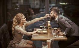 flirt и соблазнение flirt сексуальных пар в влюбленности стоковые изображения rf