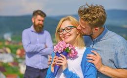 Соедините в любов датируя пока жена ревнивого бородатого человека наблюдая обжуливая его с любовником Романс flirt объятий любовн стоковое изображение