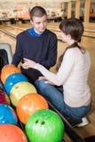 Flirt au centre de bowling Photo libre de droits
