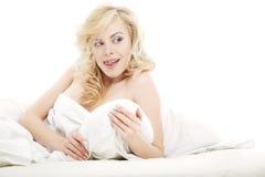 Flirt auf dem Bett Stockbild