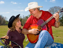 Flirt chanteur de cowboy et d'épouse Photographie stock libre de droits
