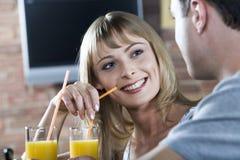 Flirt dans le bar Images stock