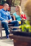Flirt dans un café Beaux couples affectueux se reposant dans un café appréciant dans le café et la conversation Amour, romance, d Image stock