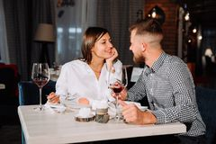 Flirt dans un café Beaux couples affectueux se reposant dans un café appréciant dans le vin et la conversation Photographie stock libre de droits