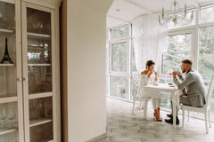 Flirt dans un café Beaux couples affectueux se reposant dans un café appréciant dans le café et la conversation Photos stock