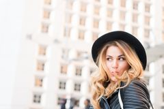 Flirt de fille avec le visage sensuel dans la défense de La, Paris Photo stock