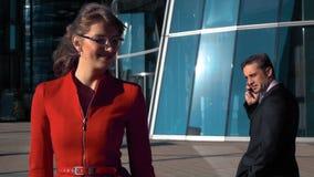 Flirt dell'gente di affari all'aperto archivi video