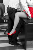Flirt in einem Büro Lizenzfreie Stockfotos