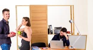 Flirt et séduction Flirt avec la pause-café de collègue Femme flirtant avec le collègue Ouvrier attirant de femme photo libre de droits