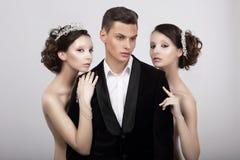 flirt Knappe Man in Knuffel van Twee Wellustige Vrouwen royalty-vrije stock foto