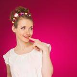 flirt A menina da forma da beleza está sorrindo no estúdio fotos de stock royalty free