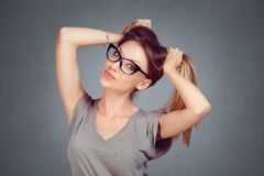 flirt Menina 'sexy' bonita da mulher que olha a câmera que guarda ao cabelo que flerta fotografia de stock royalty free