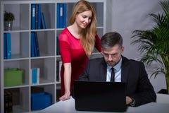 Flirt mit Chef lizenzfreie stockfotografie
