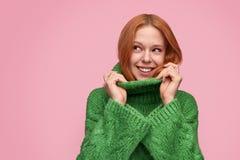 Flirt mooi meisje in groene sweater stock afbeelding
