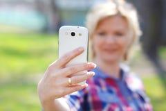 Flirt online con la cellula Fotografia Stock Libera da Diritti