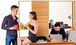 Flirt pendant les directeurs de repos buvant du thé en heure de repos Jeunes collègues appréciant la pause au travail Joli femme photographie stock libre de droits