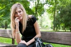 Flirt - ubicazione della giovane donna sul banco Fotografie Stock Libere da Diritti
