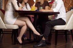 Flirt unter Abdeckung lizenzfreies stockbild