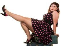 Flirtacious kvinna som av visar henne benet Arkivbilder