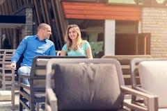 Flirtando in un caffè Belle coppie amorose che si siedono in un caffè che gode nel caffè e nella conversazione Amore, romance, da Immagini Stock Libere da Diritti