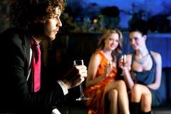 Flirtend junge Mädchen, die entlang des hübschen Kerls anstarren Lizenzfreies Stockbild