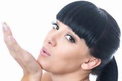 Flirtend romantische schöne junge Frau, die ein Kissa durchbrennt stockfotos