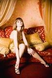 Flirtende jonge vrouw in korte gouden kleding Royalty-vrije Stock Fotografie