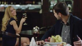 Flirtende man en vrouw in restaurant stock footage