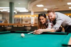 Flirtende Paare beim Spielen des Snookers Stockfoto