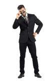 Flirtender junger Geschäftsmann mit Blick über Sonnenbrille Lizenzfreies Stockbild