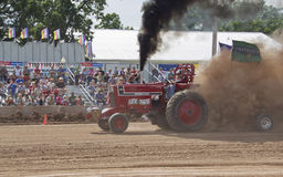 Flirtin mit Unfall-Traktor Stockfotografie
