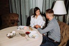 Flirting в кафе Красивые любящие пары сидя в кафе наслаждаясь в вине и переговоре Стоковые Изображения RF