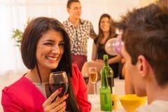 Flirting на приеме гостей Стоковые Фото
