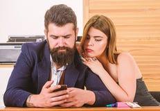 Flirting с сотрудником Женщина flirting с сотрудником Дама женщины привлекательная работая с коллегой человека Офис стоковое изображение