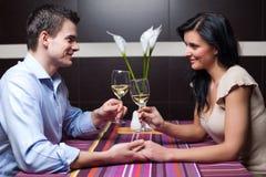 детеныши вина пар выпивая flirting стоковая фотография