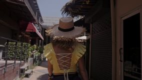 Красивая женщина в соломенной шляпе идет улица Игра к камере сток-видео