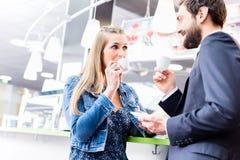 Соедините flirting на кофе даты выпивая в кафе Стоковое фото RF