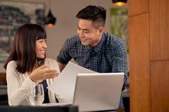 Flirtować biznesowej pary fotografia royalty free