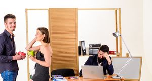 Flirtować i uwiedzenie Flirtować z coworker kawową przerwą Kobieta flirtuje z coworker Kobieta atrakcyjny pracujący mężczyzna zdjęcie royalty free