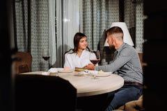 Flirtować w kawiarni Piękny kochający pary obsiadanie w kawiarni cieszy się w winie i rozmowie dzień serc ilustracja odizolowywał Zdjęcia Royalty Free