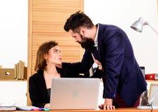 Flirtowa? z coworker Kobieta flirtuje z faceta coworker Kobiety atrakcyjna dama z mężczyzny kolegą Biurowa spółdzielnia fotografia stock