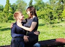Flirts eines liebevolle Paares Stockfoto