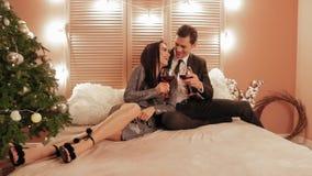 Flirty και συμπαθητική τοποθέτηση μεταξύ του brunet αρσενικού θηλυκού abd στο ξενοδοχείο που πίνει το κόκκινο κρασί κατά τη διάρκ απόθεμα βίντεο