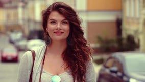 Flirty κορίτσι τουριστών στην τοποθέτηση οδών για το photorgrapher απόθεμα βίντεο